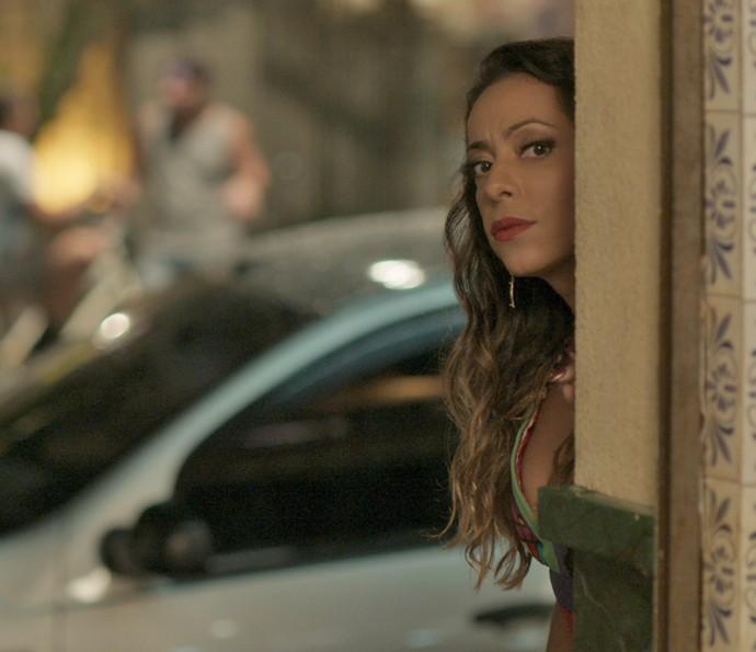 Dorinha observa escondida Lili e Rafael (Foto: TV Globo)