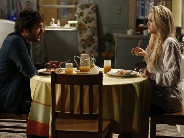 Megan tenta preparar jantar romântico e noite termina em guerra de comida e muito beijo (Foto: Fábio Rocha/Gshow)