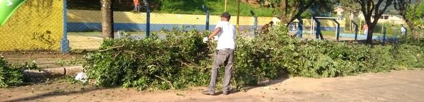 Prefeitura de Agudos faz serviços de manutenção em quadra esportiva de bairro (Agudos faz serviços de manutenção em quadra esportiva de bairro (editar título))