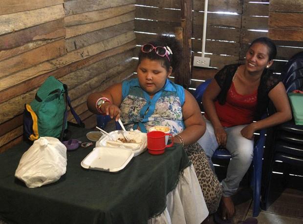 Dana faz refeição em Medellin (Foto:  Reuters/Fredy Builes)