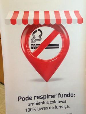 Banner de divulgação da lei antifumo em corredor do Ministério da Saúde (Foto: Natalia Godoy/G1)