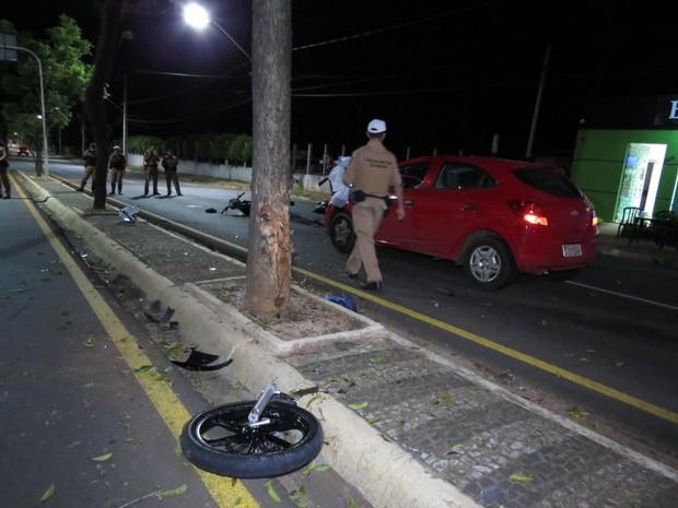 Motociclista morreu após bater contra carro em avenida de Ponta Grossa, na madrugada deste domingo (26) (Foto: Cristiano Barbosa/aRede/Jornal da Manhã)