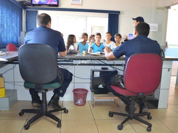 As crianças conheceram vários setores do quartel da Polícia Militar. (Foto: Magda Oliveira/G1)