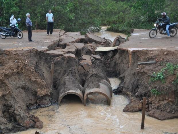Parte da pista foi levada pela chuva, em Vilhena (Foto: Jonatas Boni/G1)