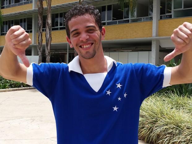 DOMINGO (9) – BELO HORIZONTE (MG) –  Torcedor do Cruzeiro, Michael Richard Matias, 21, não chegou a tempo para o Enem, mas disse que agora vai para o Mineirão ver Cruzeiro e Criciúma (Foto: Humberto Trajano/G1)