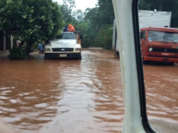 Prefeitura enviou caminhões para ajudar famílias que tiveram casas alagadas (Foto: Arquivo pessoal/Luiz Fernando de Oliveira)