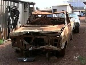 Dono de ferro-velho fura as caçambas, vira pneus e cuida de carros em Tatuí (Foto: Reprodução/TV TEM)