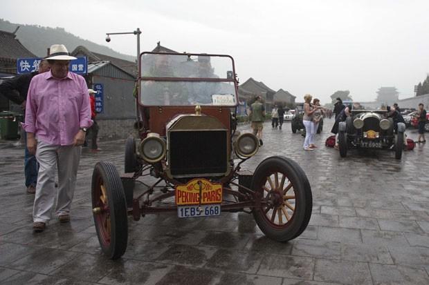 Participante observa carro Ford T 1913  (Foto: China Daily/Reuters)