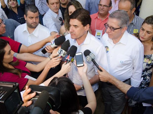 Duarte Nogueira (PSDB) concede entrevista após registrar o voto no segundo turno das eleições em Ribeirão Preto, SP (Foto: Érico Andrade/G1)
