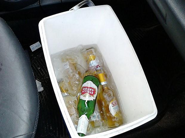 POliciais encontraram várias garrafas de cerveja dentro do carro que atropelou PM (Foto: Divulgação/Polícia Militar do RN)