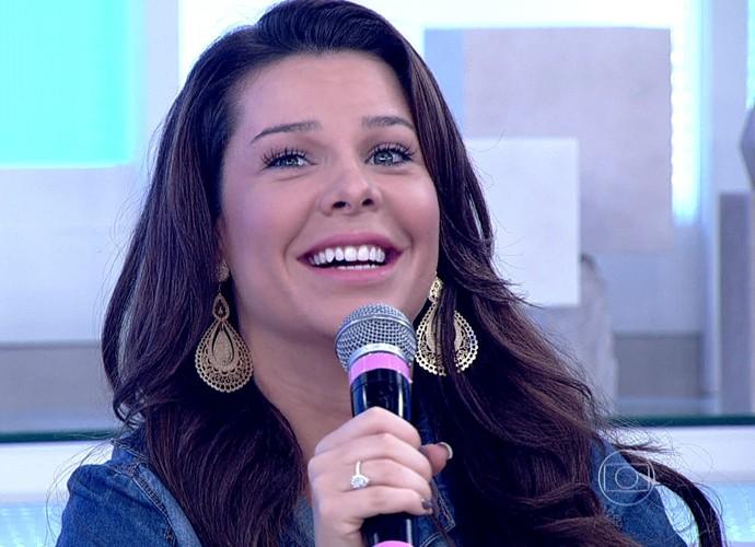 Fernanda Souza se surpreende ao ver imagem dela idosa (Foto: TV Globo)