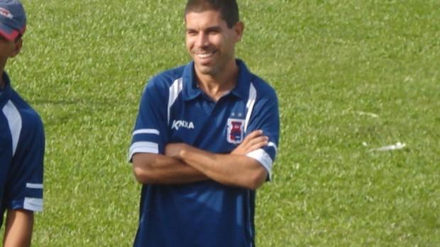 Técnico Ricardinho em treino do Paraná Clube (Foto: Fernando Freire/GLOBOESPORTE.COM)