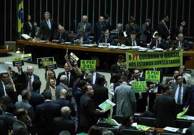 Sessão da Câmara para votar PEC que limita gastos públicos (Foto: Fabio Rodrigues Pozzebom/Agência Brasil)