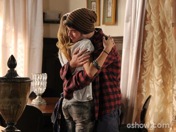 Os dois selam o momento com um abraço sincero (Foto: Malhação / TV Globo)