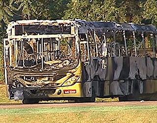 Paraná TV Ônibus queimado Londrina (Foto: Reprodução/RPC TV)