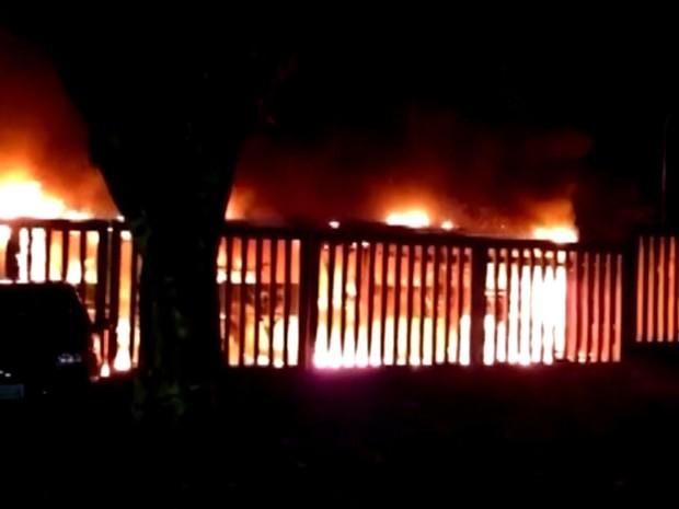 Ônibus é incendiado após tiroteio na Vila Cruzeiro em Porto Alegre  (Foto: Reprodução/RBS TV)