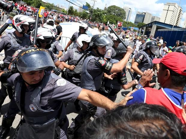 Policiais usam a força contra com manifestantes partidários do PT em frente ao Fórum da Barra Funda, em São Paulo. Nesta quarta (17) o Ministério Público suspendeu uma audiência na qual o ex-presidente Lula seria interrogado sobre acusações de corrupção (Foto: Rodrigo Paiva/Estadão Conteúdo)