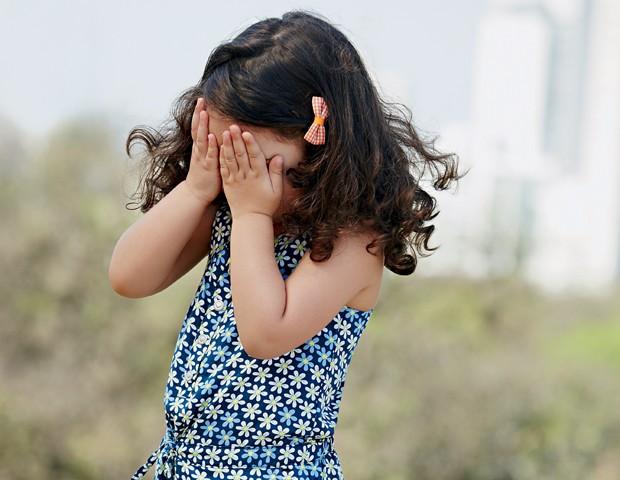 Sua filha sempre esconde o rosto quando falam com ela? (Foto: Editora Globo / Raquel Espírito Santo)