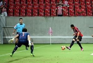 Léo Atlético-pr gol náutico (Foto: Matheus Britto / Agência Estado)