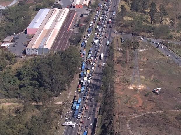Carreta em 'L' fecha trânsito no sentido Rio de Janeiro, no Anel Rodoviário de Belo Horizonte. (Foto: Reprodução/ TV Globo)