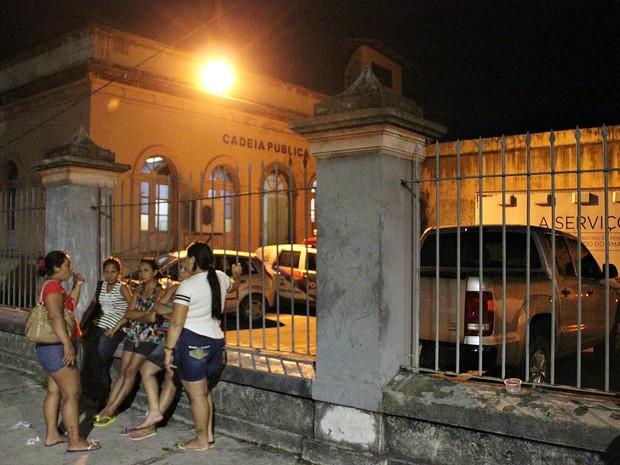 Familiares esperavam lista de internos transferidos para a Cadeia Pública Raimundo Vidal Pessoa (Foto: Indiara Bessa/G1 AM)