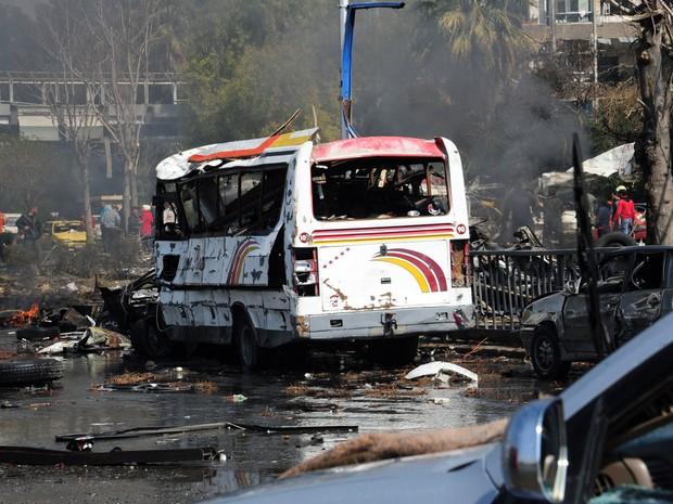Ônibus destruído após uma explosão de um carro-bomba em Damasco. A explosão fez espessa fumaça e todas as estradas da área foram rapidamente fechada, (Foto: AFP PHOTO / HO / SANA)