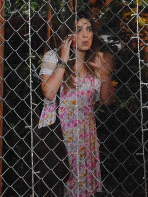 Cristal liga para Alexia e pede ajuda (Foto: Malhação / Tv Globo)