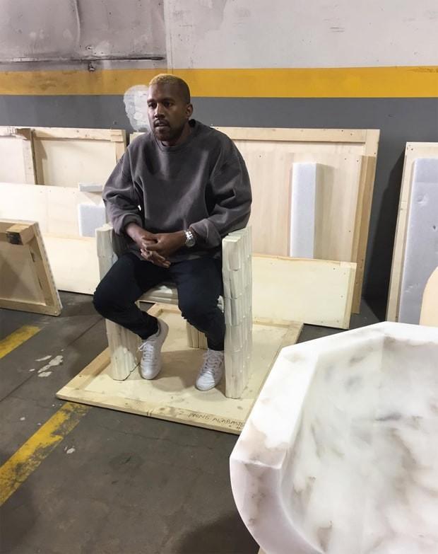 Kanye West em exposição de arte em Los Angeles, nos Estados Unidos (Foto: Instagram/ Reprodução)