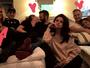 Selena Gomez 'segura vela' em foto com casais e diverte internautas