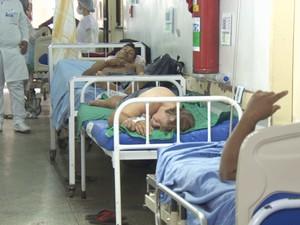 Pacientes ficam em macas e no chão dos corredores do hospital (Foto: Reprodução/Rede Amazônica Rondônia)