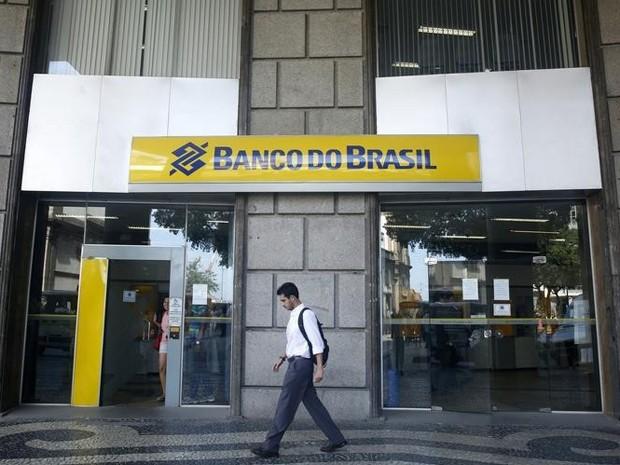 Homem em frente filial do Banco do Brasil no Rio de Janeiro.  (Foto: REUTERS/Pilar Olivares)