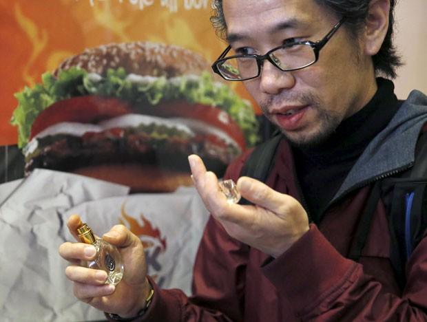 Rede de fast-food lançou perfume com aroma de hambúrguer no Japão (Foto: Toru Hanai/Reuters)