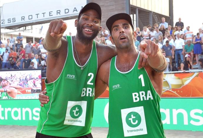 Evandro e Pedro Solberg vôlei de praia (Foto: Divulgação/FIVB)