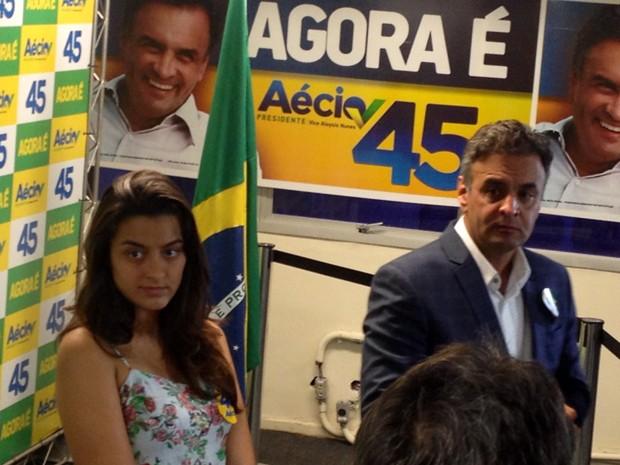 O candidato do PSDB, Aécio Neves, e a filha Gabriela, em entrevista à imprensa no Rio (Foto: Henrique Coelho/G1)