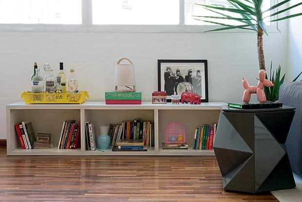 Sala de estar | Sobre a mesa lateral, escultura de cerâmica Dog Bladder. Ambas as peças são da Mix & Match. Piso de cumaru, da ParquetSP (Foto: Cacá Bratke/Casa e Jardim)