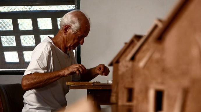 Célio Basso reaproveita rolhas de cortiça para fazer artesanato de maneira sustentável (Foto: reprodução EPTV)