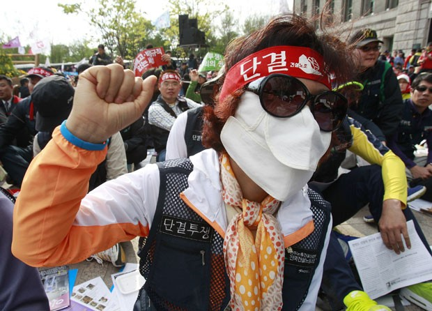 Trabalhadores sul-coreanos exigiram em manifestação melhores condições de trabalho (Foto: Ahn Young-joon/AP)