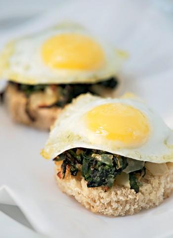 Ovos de codorna com espinafre e torradas