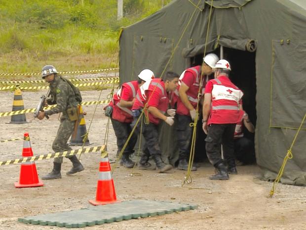 Simulação do Exército juntamente com voluntários da Cruz Vermelha em São Luiz do Paraitinga. (Foto: Reprodução/TV Vanguarda)