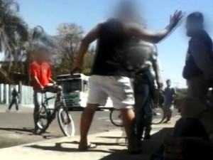 Vídeo flagra momento em que rapaz dá um tapa no aluno (Foto: Reprodução/EPTV)