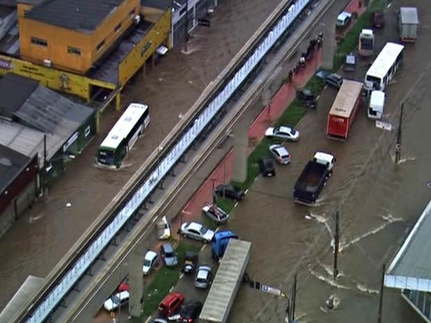 Carros sobem no canteiro central da Avenida Anhaia Mello, na região da Mooca, para fugir de alagamento (Foto: Reprodução/TV Globo)