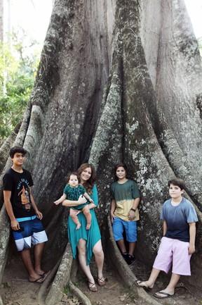Ana Paula Tabalipa posa com os filhos: Lui, Pedro, Tom e Mia (Foto: Marcos Serra Lima/EGO)