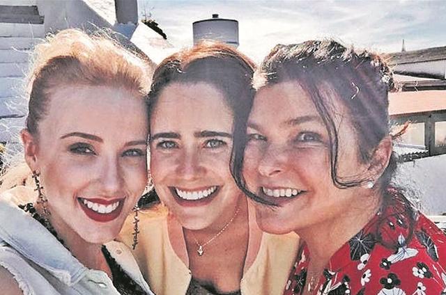 Marcella Rica, Fernanda Vasconcellos e Cristiana Oliveira num intervalo das filmagens de 'Eu sou brasileiro' (Foto: Divulgação)