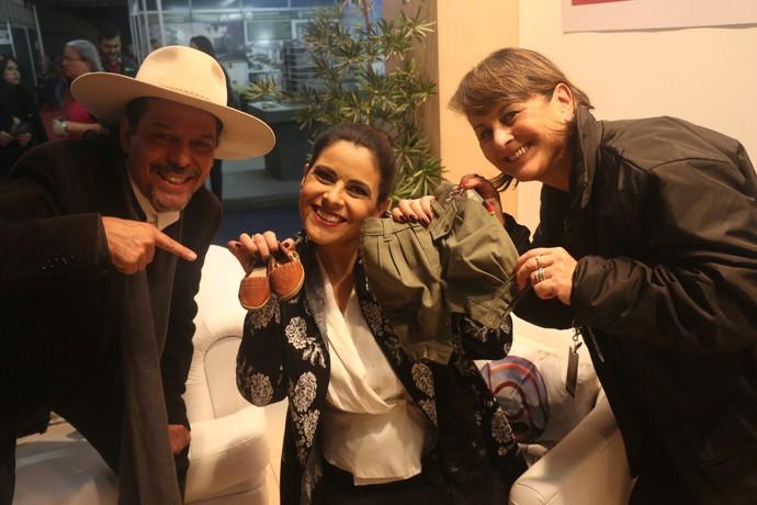 Shana ganha presentes de Neto e da diretora, Rosana Orlandi, na Fenadoce em Pelotas Galpão Crioulo (Foto: Gabriela Haas/RBS TV)