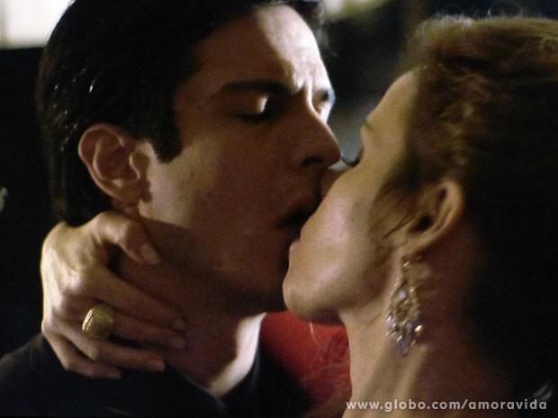 Beijo de Félix e Glauce (Foto: Amor à Vida/TV Globo)