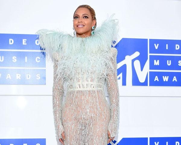 Beyoncé optou pelas plumas e transparência (Foto: Getty Images)