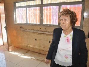 'Acabou com a casa e minha vida', diz idosa vítima de supostos pastores (Foto: Fabiano Arruda/G1 MS)
