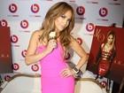 Jennifer Lopez usa vestido justinho em lançamento de seu novo álbum