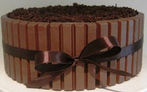 Bolo de brownie com cobertura de Kit Kat