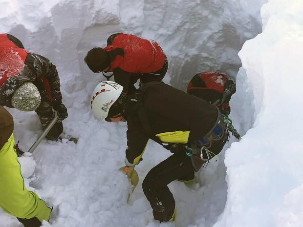 Equipe busca sobreviventes no local de avalanche nos Alpes Suíços, neste sábado (6) (Foto: ZOOM.TIROL / APA / AFP)